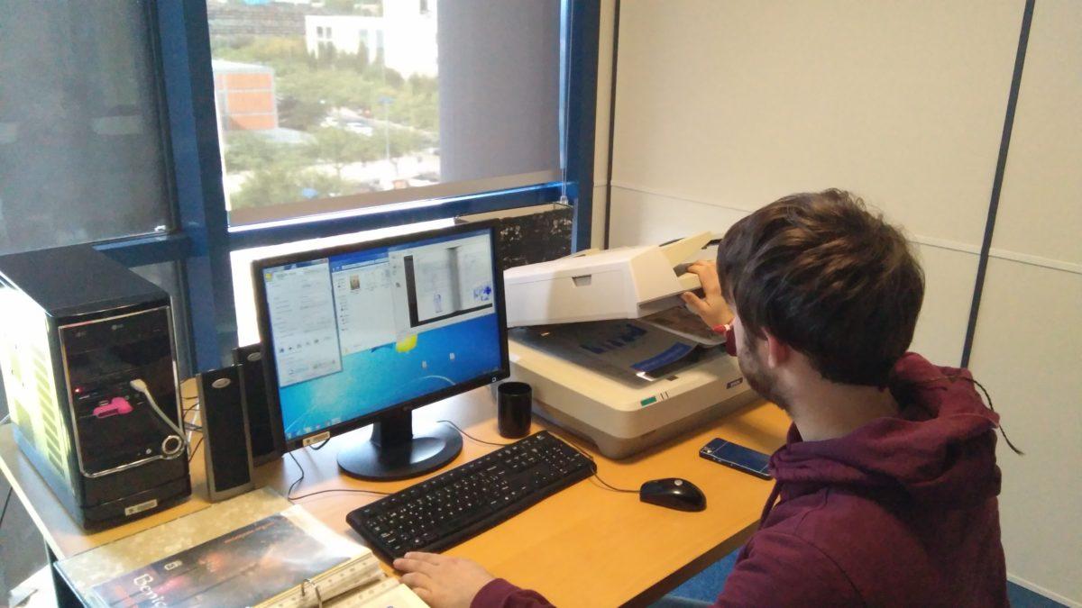 Antoni Marzal escanejant els documents